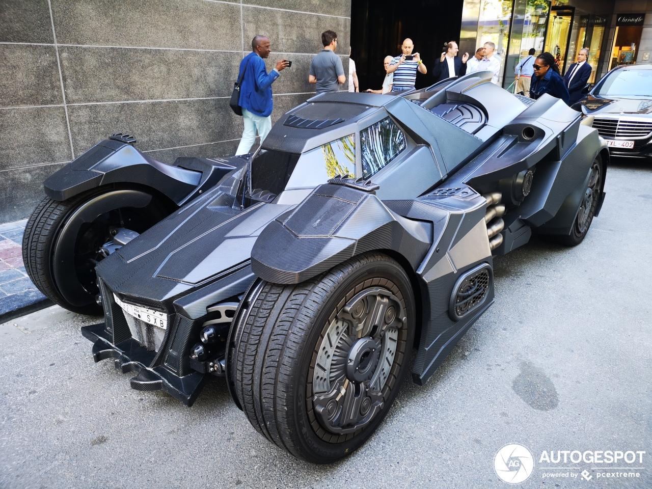 Batmobile scheurt door Nederland: steenrijke Arabier waant zich een superheld