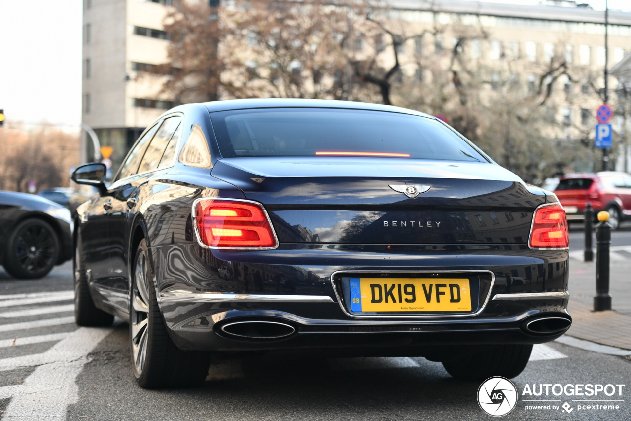 Gespot: stoplichtsprint tussen luxe limousines